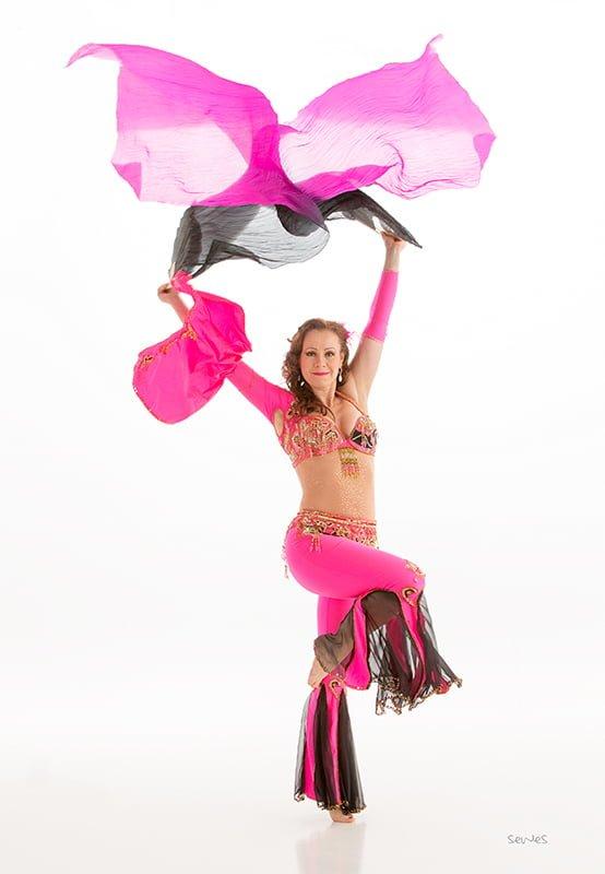 Linn Ottersen i rosa drakt med slørvifter