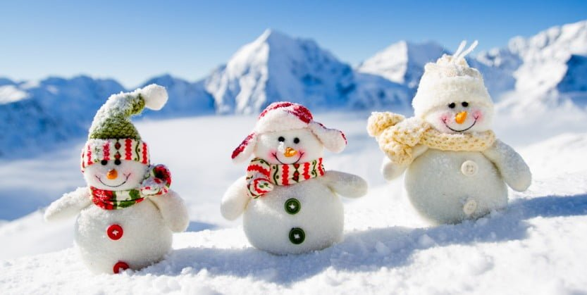 Tre søte snømenn i vinterlandskap