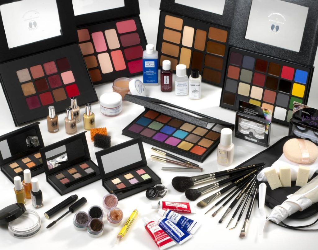 Masse makeup utover et bord