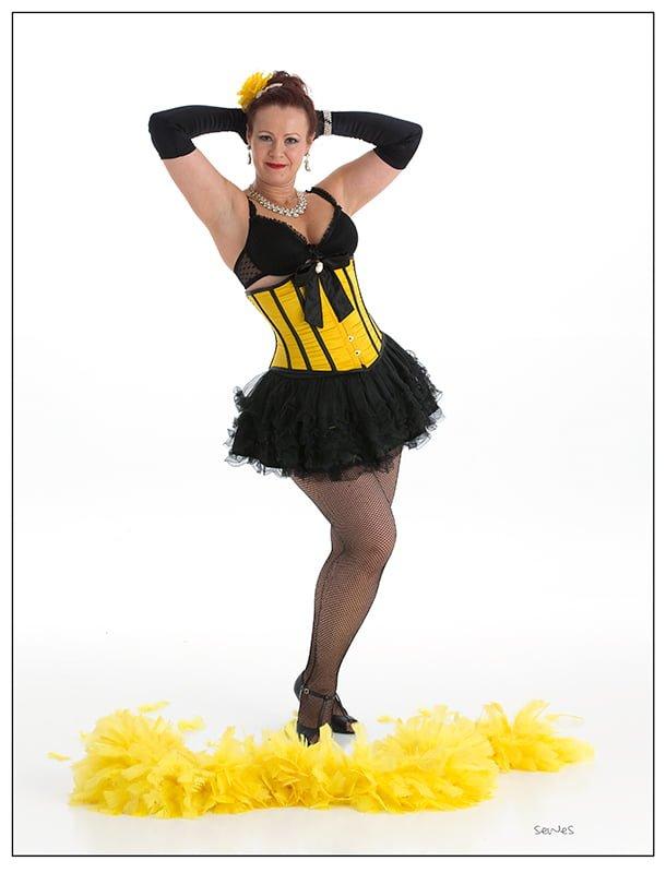 Burlesque instruktør Linn i gult korsett