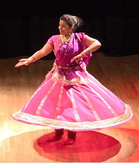 Danseinstruktør Richa Chandra danser indisk dans i rosa kostyme.