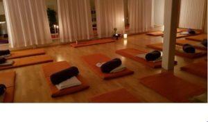 Sal med yogamatter, puter og pledd