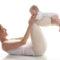 Mamma og baby som gjør yoga