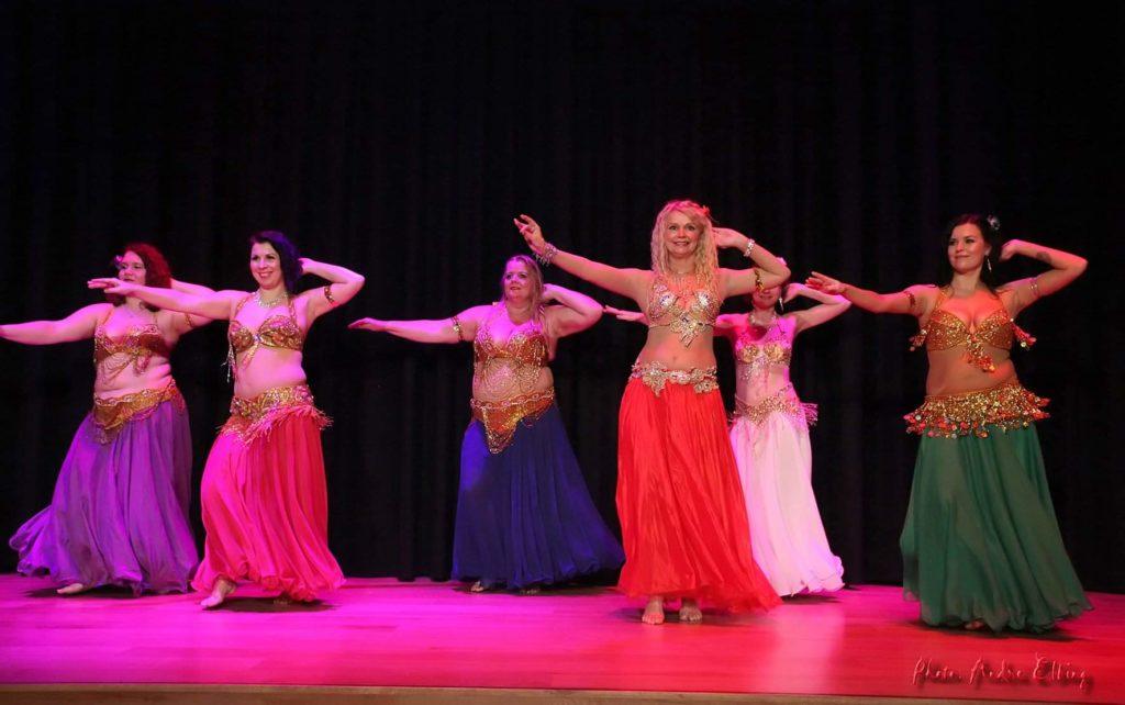 Dansegruppa Hips of Orient på scenen